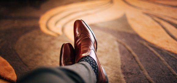 Een blauw pak met zwarte schoenen, kan dat?