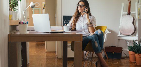 Een derde Nederlanders denkt dat thuiswerkers minder hard werken dan collega's op kantoor