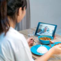 Helft Nederlanders stoort zich aan onverzorgde collega's tijdens videocall