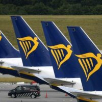 'Ryanair chanteert personeel met loonsverlaging'