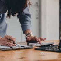 Accountant druk, maakt lange dagen en stressniveau (te) hoog