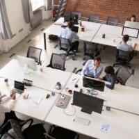Nederlandse kantoormedewerkers positief over gedeeltelijke terugkeer naar kantoor na pandemie, maar eisen veranderingen aan hun werkplek