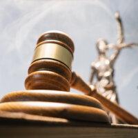 Vrouwelijke rechters in de meerderheid: geslaagde emancipatie of gebrek aan representativiteit?